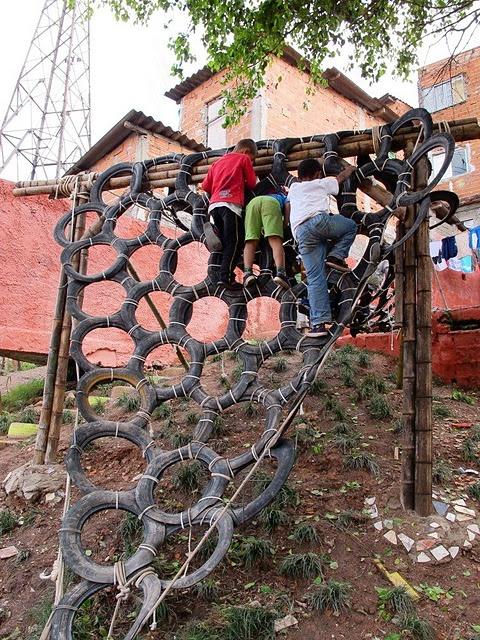Подвесная стена с большим наклоном из покрышек от автомобильных камер от шин для тренировки ловкости и баланса