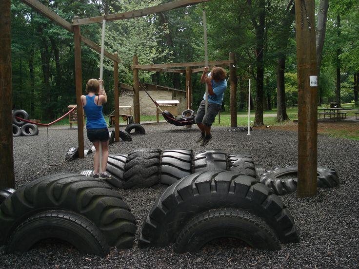 В спортивном приспособлении для тренировки рук покрышки - пружинящая платформа-буфер для приземления и отталкивания ногами