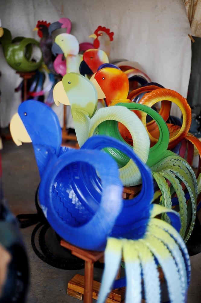 подвесное кашпо для цветов в виде попугая из автомобильных шин