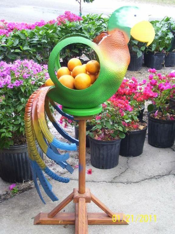 Изумительные наземные кашпо для цветов, выполненные из шин: птица на шесте