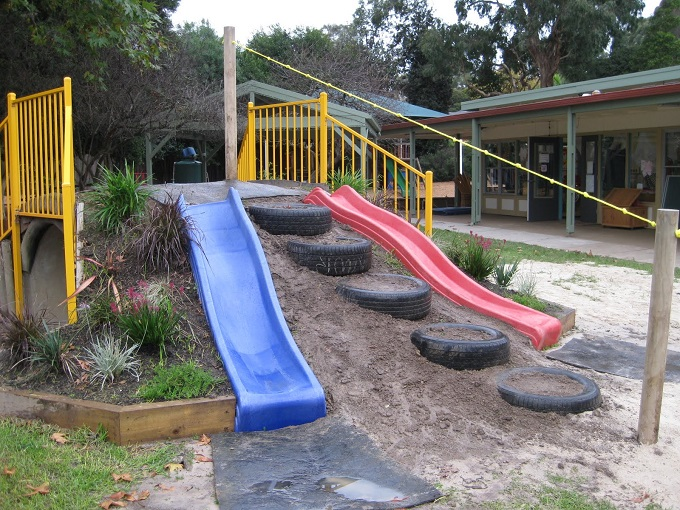 А здесь из шин сделали лестницы, и врыли те в насыпь из песка и земли - лестница для горки
