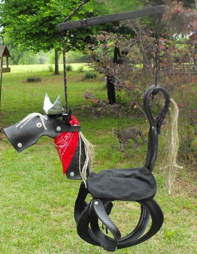 качели-шедевры из шин в виде зверей и техники: ковбойский конь с украшениями