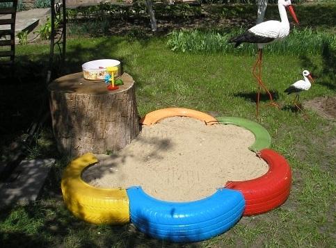 Детская песочница из половинок шин - для дачи