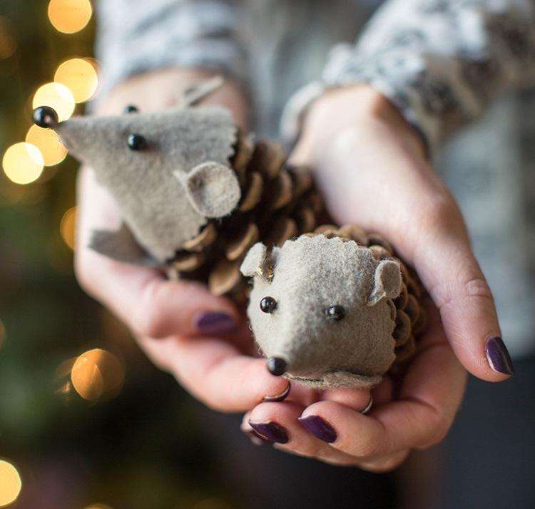 Как из шишек делать фигурки и елочные игрушки - ежики