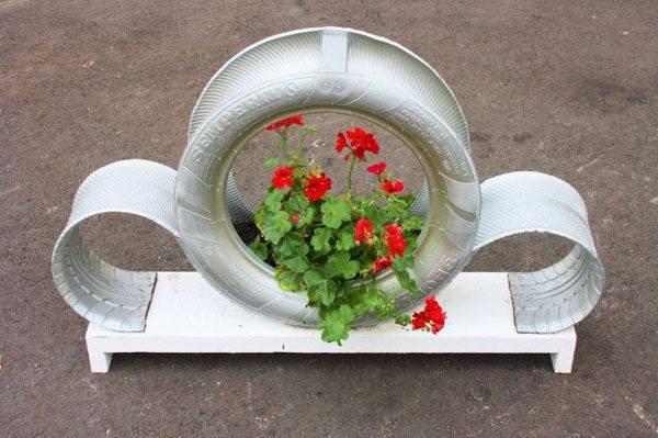 Изумительные наземные кашпо для цветов, выполненные из шин