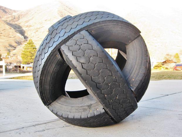 круглая скульптура-еж противоавтомобильная из шин