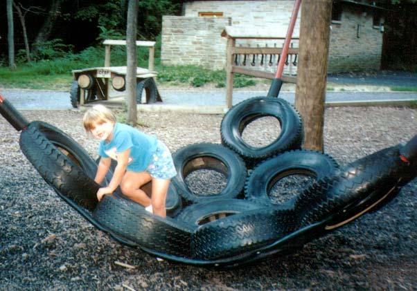 Общие «качели» из покрышек (для компании детей), на которых можно лазить, сидеть, но почти нельзя качаться