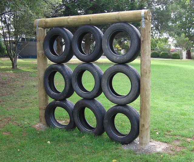 «Стена» из шин, когда надо вскарабкаться с одной стороны, сверху перелезть через перекладину и спуститься с другой стороны