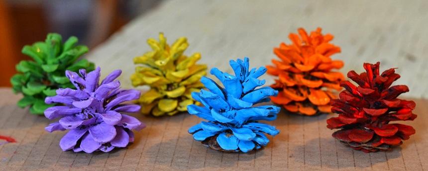 Обычные приземистые широкие шишки – пока полностью – красим выбранной краской в разные цвета, даем им полностью просохнуть