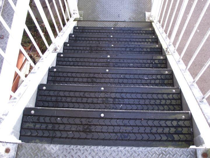 Из шин делают лестницы: куски шин, обивают ими ступени, чтобы не скользили