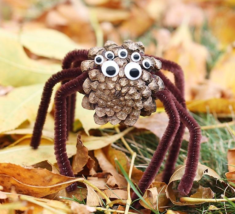 Как из шишек делать фигурки и елочные игрушки - пауки