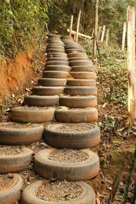 Из шин делают лестницы, врывая в склон и засыпая внутрь мульчу, смешанную с землей