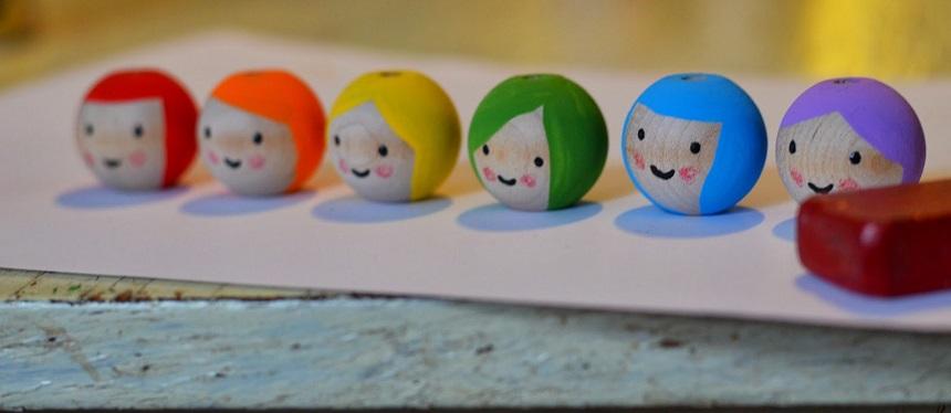 За это время очень аккуратно самой тонкой кистью рисуем разные прически (затем даем им полностью просохнуть), а потом и лица на деревянных шариках-головах фей