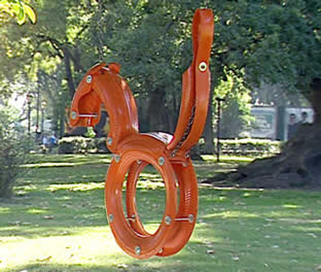 качели-шедевры из шин в виде зверей и техники: окрашенный конь