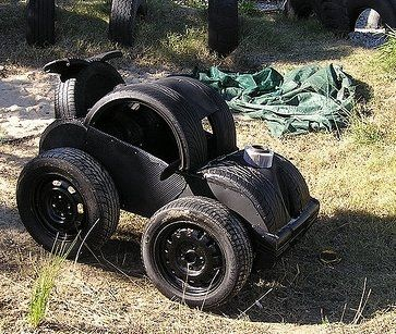 машинка из кусков автомобильных шин - для дачных участков и детских площадок