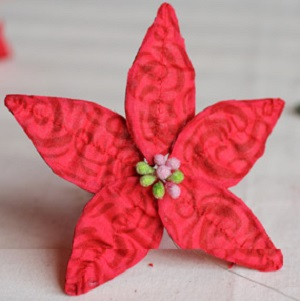 Затем первым кругом добавляем вокруг тычинок 5 малых красных листиков