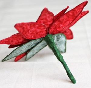 Затем заматываем ножку еще и зеленой флористической лентой поверх ниток