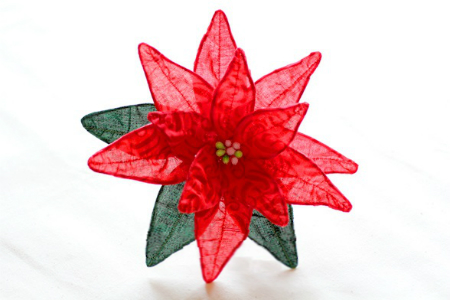 Декорируя цветком елку, стол или полку, можно направить снизу вверх на пуансеттию свет, тогда прозрачность ткани заставит ваше изделие по-настоящему заиграть и почти оживит его!