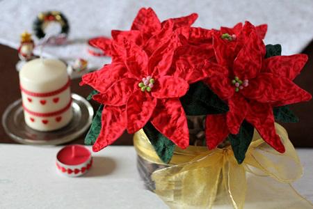 Из вот таких натуралистичных тканевых пуансеттий можно составить целый букет и поставить его в цветочный горшок или вазу.