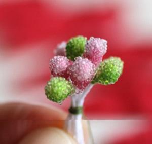 Собираем центр цветка, крепкой ниткой связывая вместе по 8 искусственных тычинок