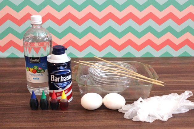 исходные материалы для окрашивания яиц на Пасху спиральными разводами при помощи пены для бритья