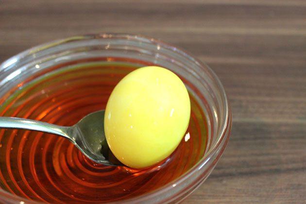 Начните с окрашивания яиц в базовый однотонный светлый и бледный цвет