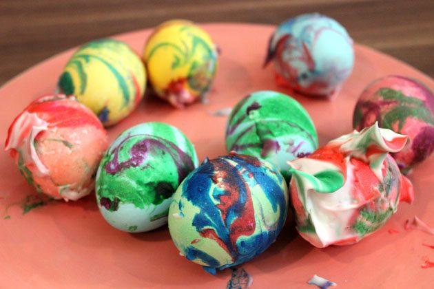 Положите яйцо на отдельную тарелку (или далеко от других яиц на большую тарелку), чтобы краска подсохла