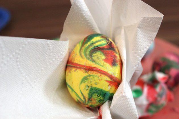 очень деликатно оботрите яйцо со всех сторон чистым бумажным полотенцем или его аналогом, чтобы убрать все остатки крема для бритья