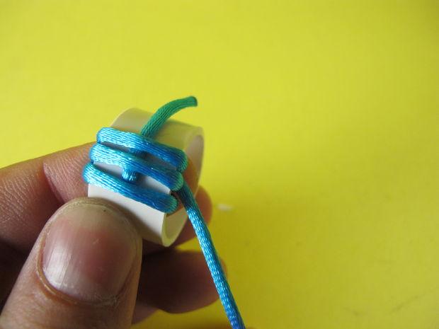 Длинный кончик шнура оборачиваем вокруг кольца и малого кончика