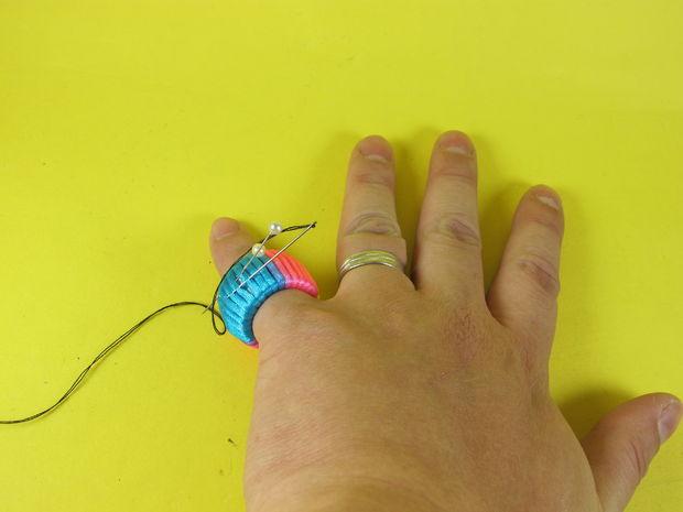 попробуйте носить подобное портняжное кольцо на мизинце второстепенной руки