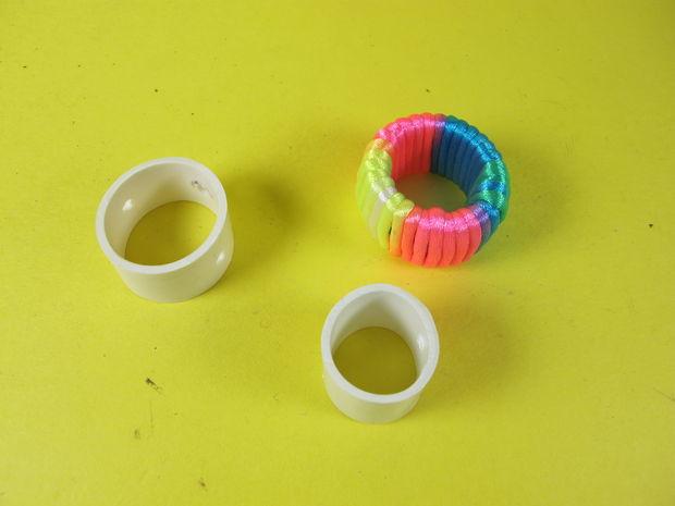 На равном удалении друг от друга намечаем посередине высоты каждого кольца 4 точки для отверстий. Просверливаем отверстия дрелью.