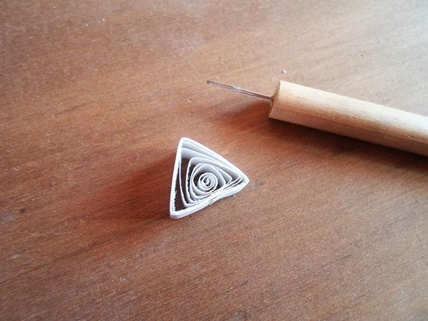 Скручиваем и складываем треугольник по технике квиллинг