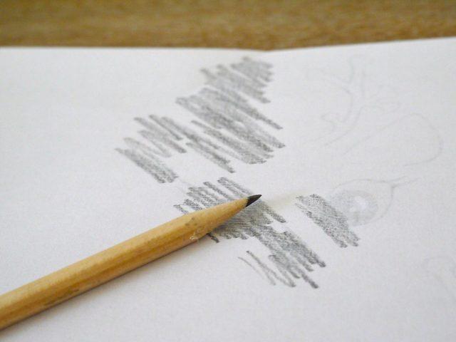 Наклонив грифель обычного карандаша под углом, делаем широкие штрихи, закрашивая полностью всю поверхность под изображением с тыльной стороны листа