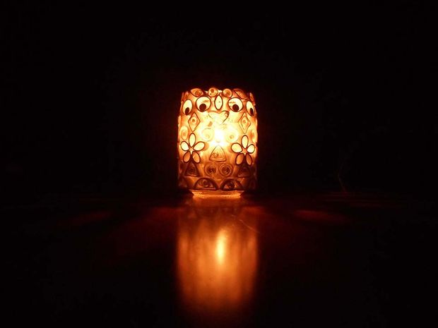 готовый подсвечник из банки и полосок бумаги по технике квиллинг: зажженный в темноте