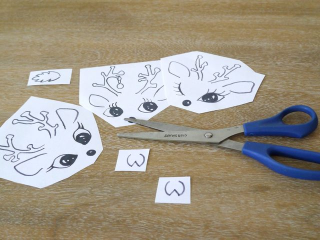 Вырезаем шаблоны из листов бумаги, но не по контуру изображений, а просто срезая лишнюю бумагу, дабы шаблон стал меньше