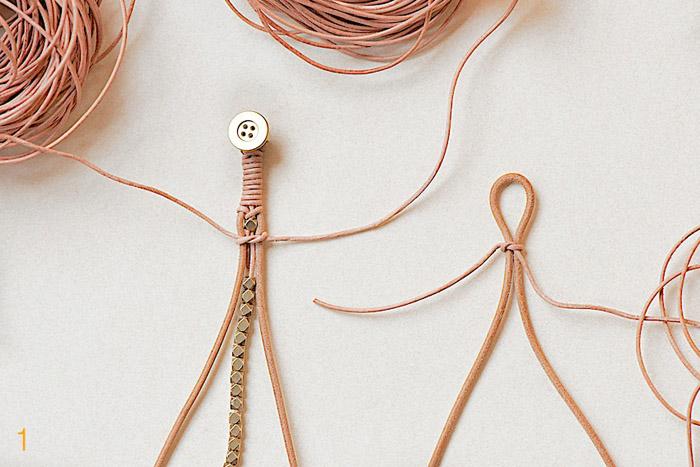 привязывает тонкий 1,5 м шнур к петле