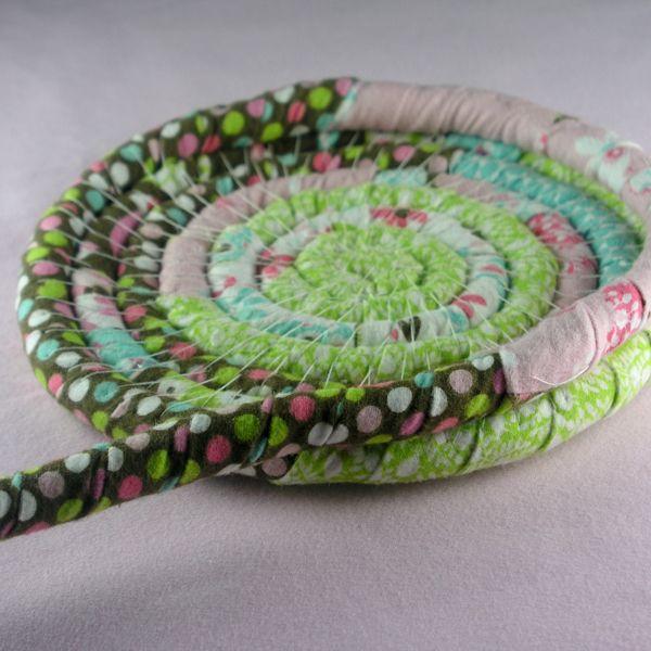 Перетяните шнур наверх от полученного круга и продолжайте аналогичную работу, создавая уже стенки корзинки