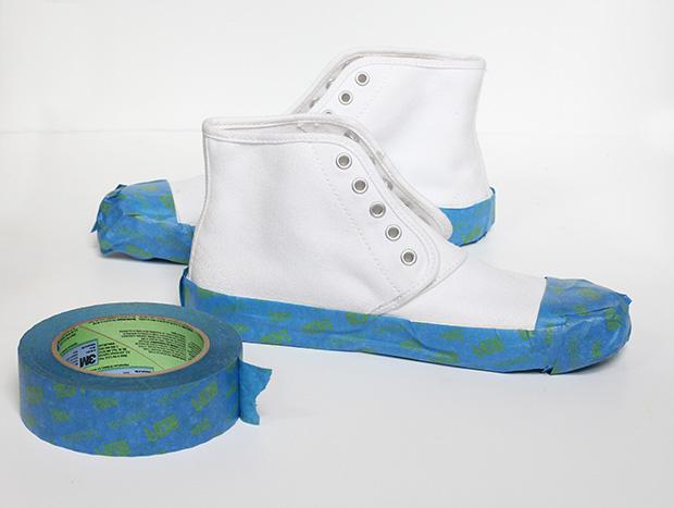 Малярной лентой полностью заклейте всю подошву и все прорезиненные области на обуви сверху