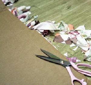 обрезаем свободные концы вертикальных полосок сверху и снизу на расстоянии примерно 10 см от границ плетения