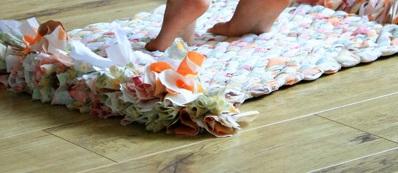 Как сделать плетеный коврик из старых простыней