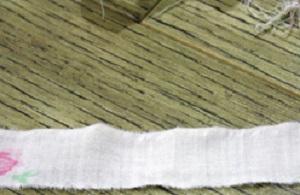 Если хотите получить аккуратный коврик, далее избавляемся от ниток по бокам полосок – обрезаем и/или обираем руками отдельные нитки
