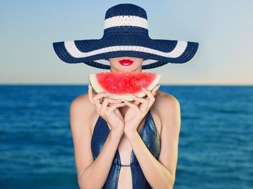 девушка с арбузом - Как избежать обезвоживания летом: правильное питание