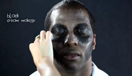 костюм на Хэллоуин - макияж Папаши Легба: слой черной краски на 2/3 лица