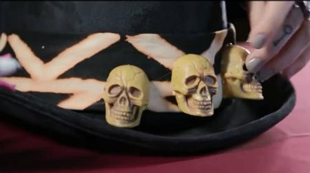 шляпа Папаши Легба: наклейте черепа на цилиндр
