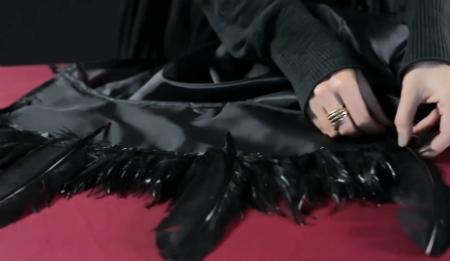 костюм на Хэллоуин - плащ Папаши Легба: клеим редкие длинные перья