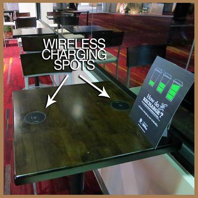 Powermat: беспроводная подзарядка техники встроена в стол в кофейне