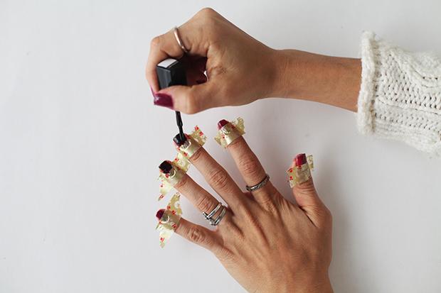 Цветные блоки с ягодным оттенком -  ровно заклеиваем специальной липкой лентой для ногтей половину каждого ногтя