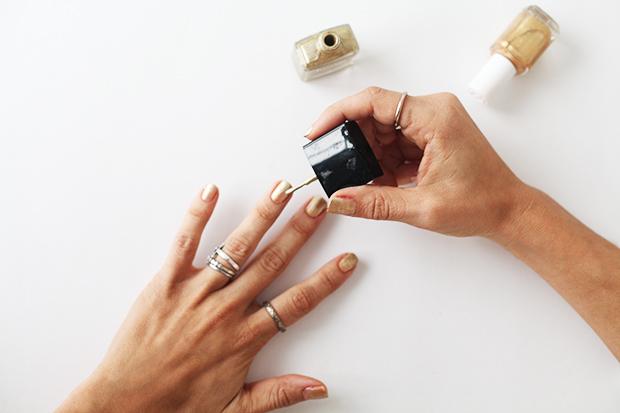 Золотое омбре - элегантный и модный праздничный маникюр к встрече нового 2015 года - наносим второй слой на верхнюю половину ногтя