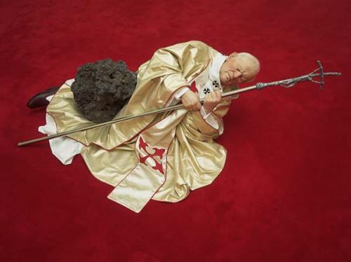 придавленный метеоритом Папа Римский - скульптура Маурицио Каттелана