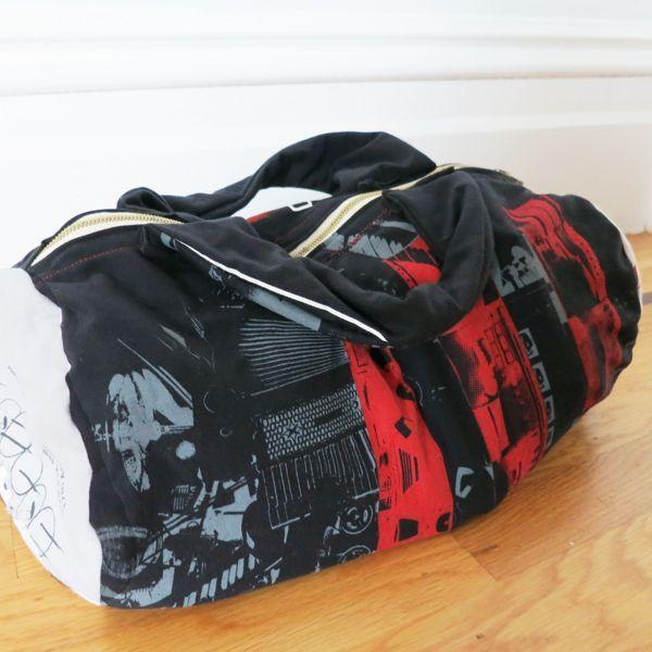 спортивная сумка, сшитая из футболок